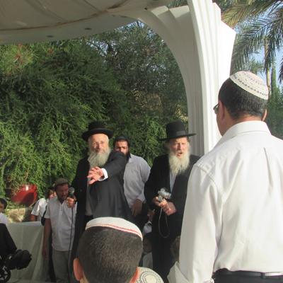 הרב שמואל אליהו עורך חופה בגן הדסים