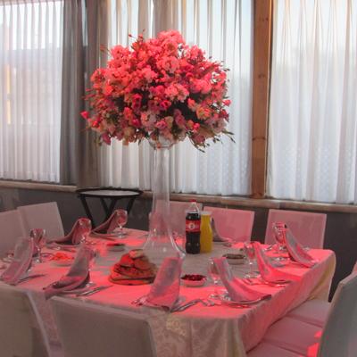 """עיצוב שולחן עם זר פרחים באולם """"גן הדסים במודיעין עילית"""
